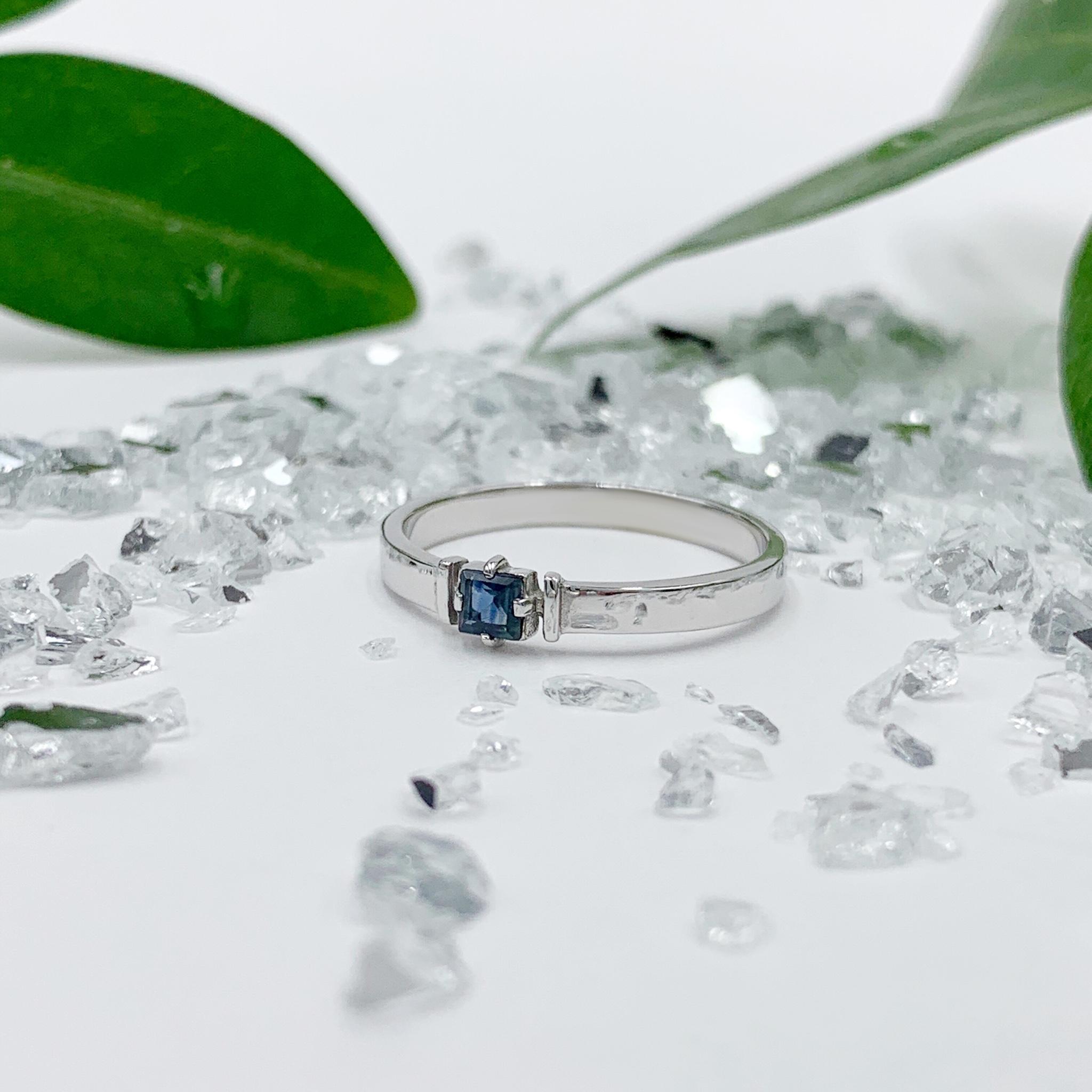 Золотий перстень з сапфіром