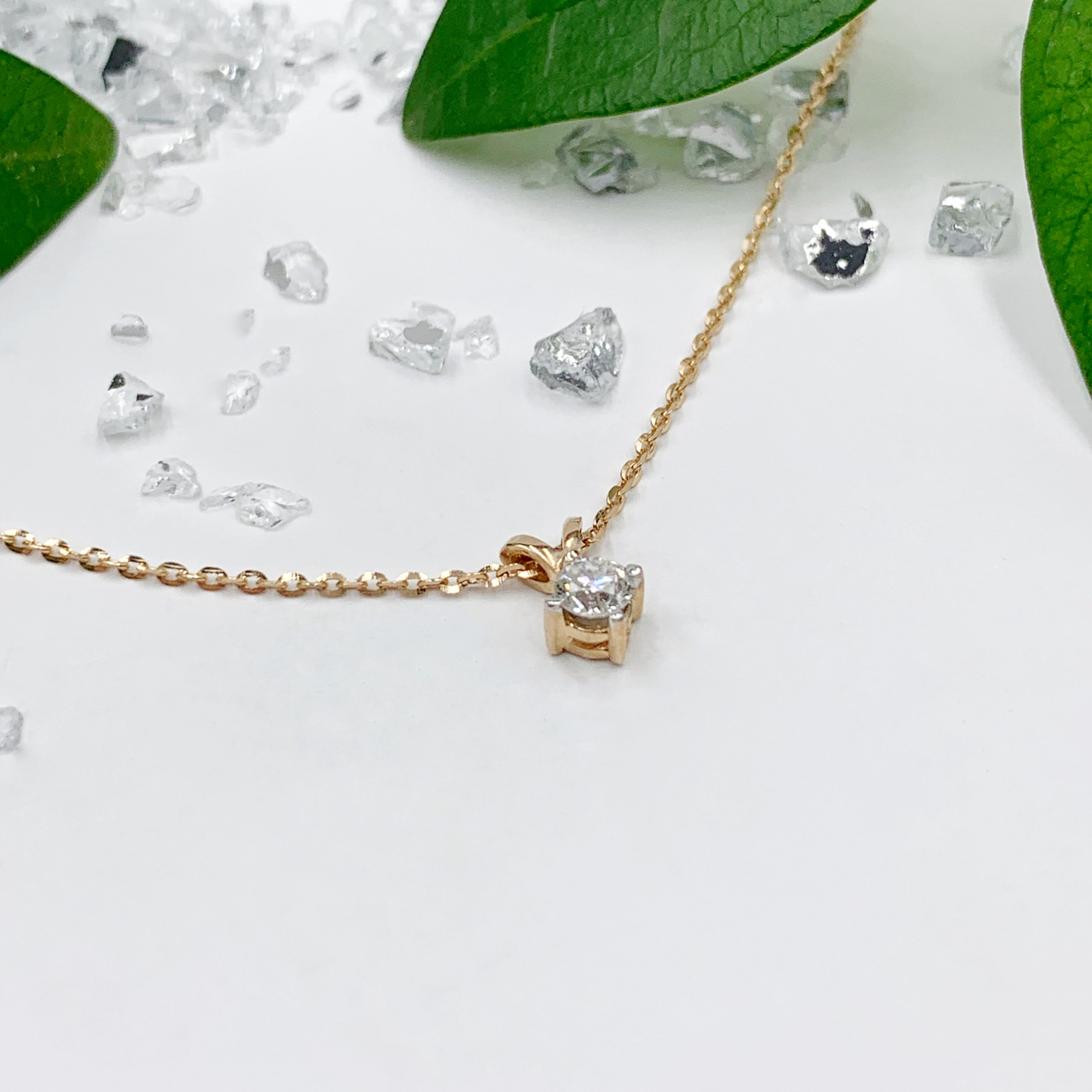 Золоте кольє з діамантом
