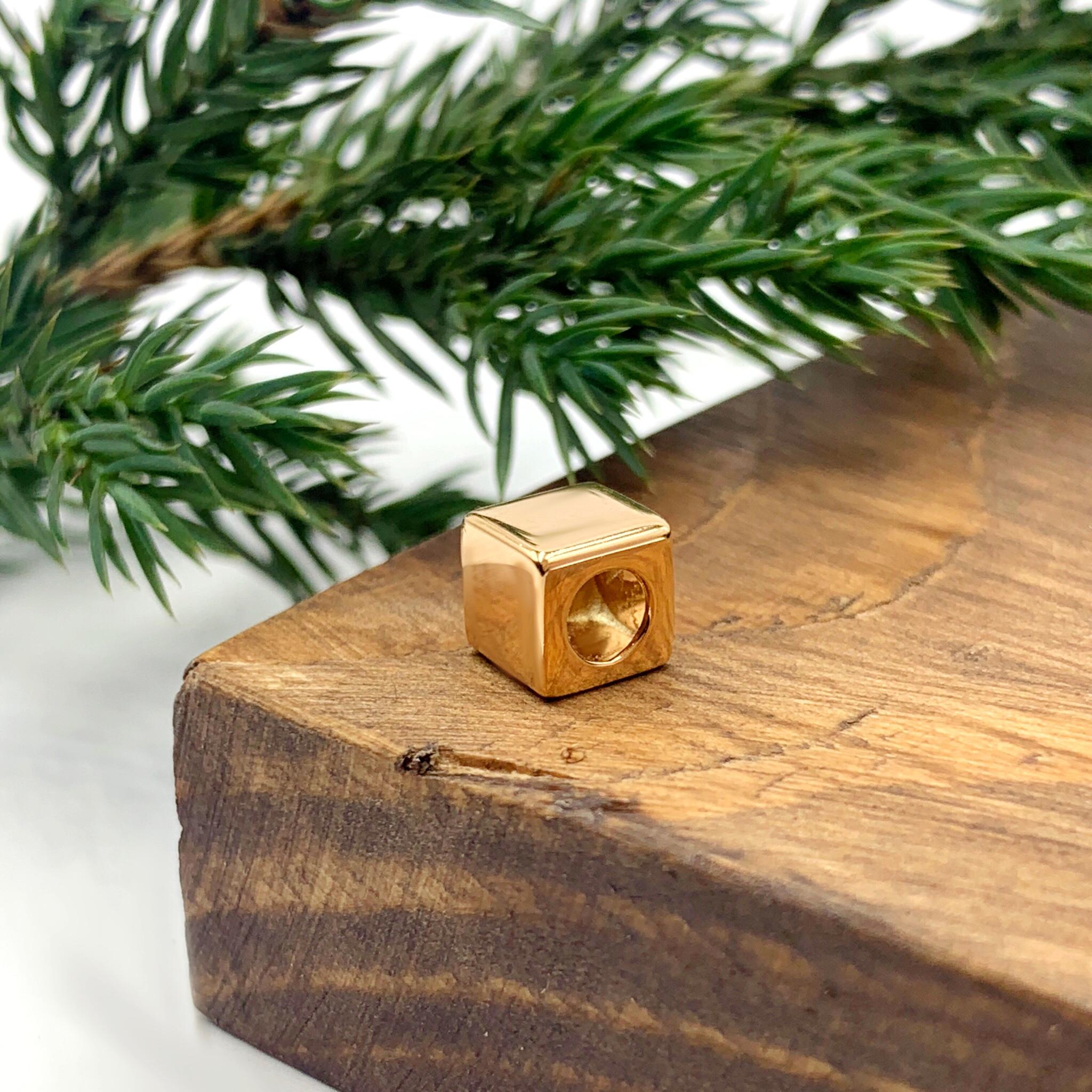 Золота підвіска кубик